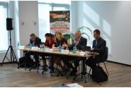 Le conseiller d`Etat, M. László Borbély, en compagnie de conférenciers internationaux à la 10ème édition de l`Ecole roumaine de développement