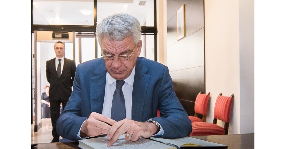 Le Premier ministre  Mihai Tudose a signé dans le livre de condoléances ouvert à l`ambassade(...)